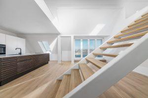 helle und große Loft-Immobilie in Berlin mit einer großen Treppe